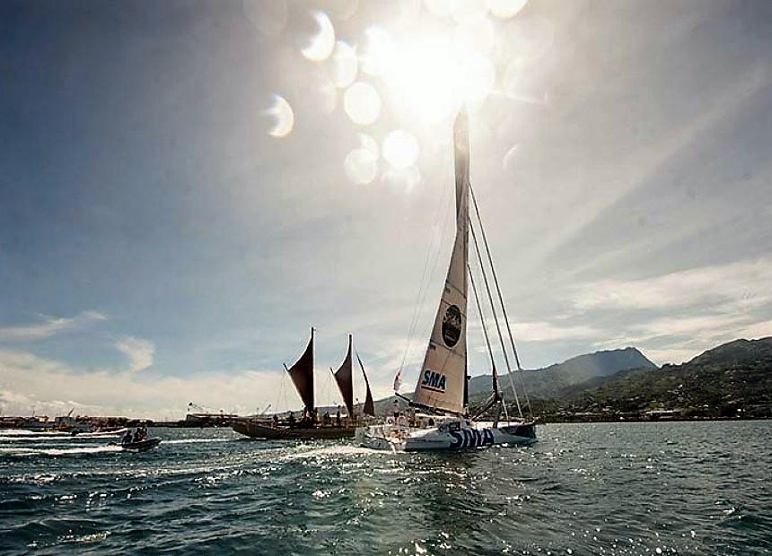 La pirogue traditionnelle Fa'afaite est venue à la rencontre de Paul Meilhat ©Radio 1 Tahiti