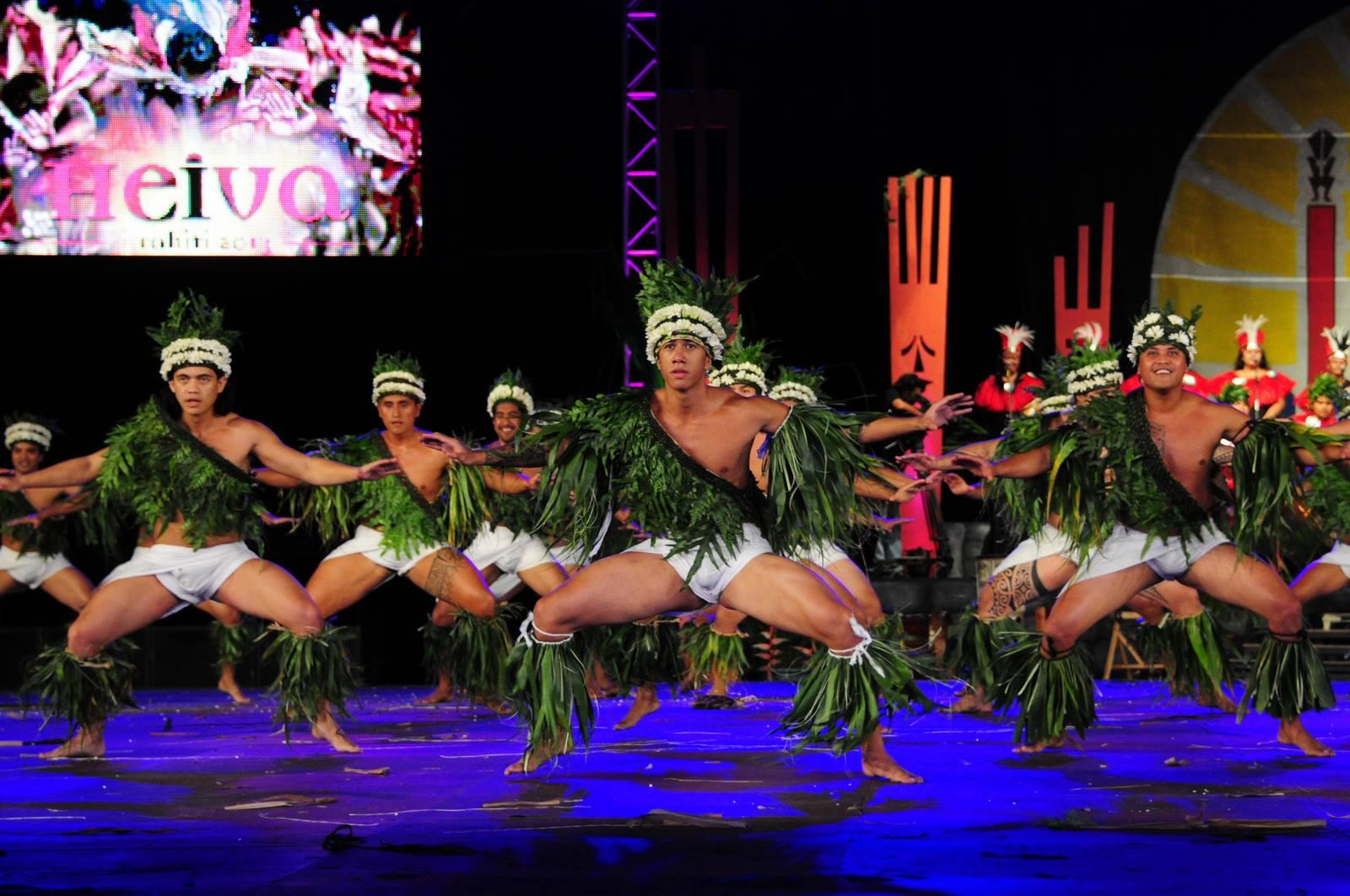 Longtemps associé au mythe de la Vahine, la danse tahitienne reprend également vie chez les hommes ©DR