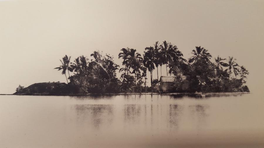 """Le """"Motu Uta"""", îlot de villégiature de la Reine Pomare IV / Photo de Gustave Viaud"""