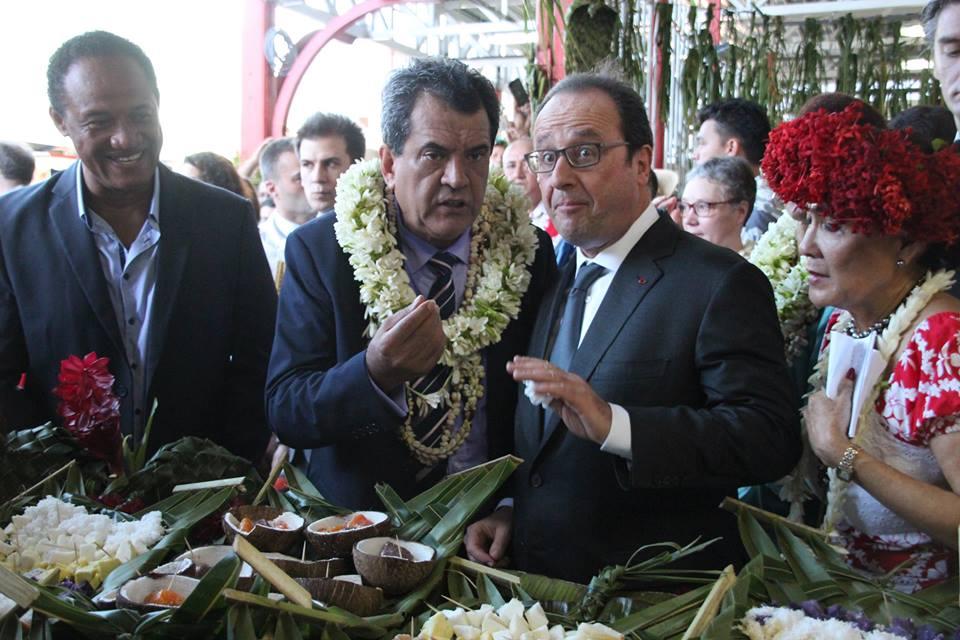 François Hollande au marché de Papeete, avec le Président de la Polynésie française ©Florent Collet / La Dépêche de Tahiti