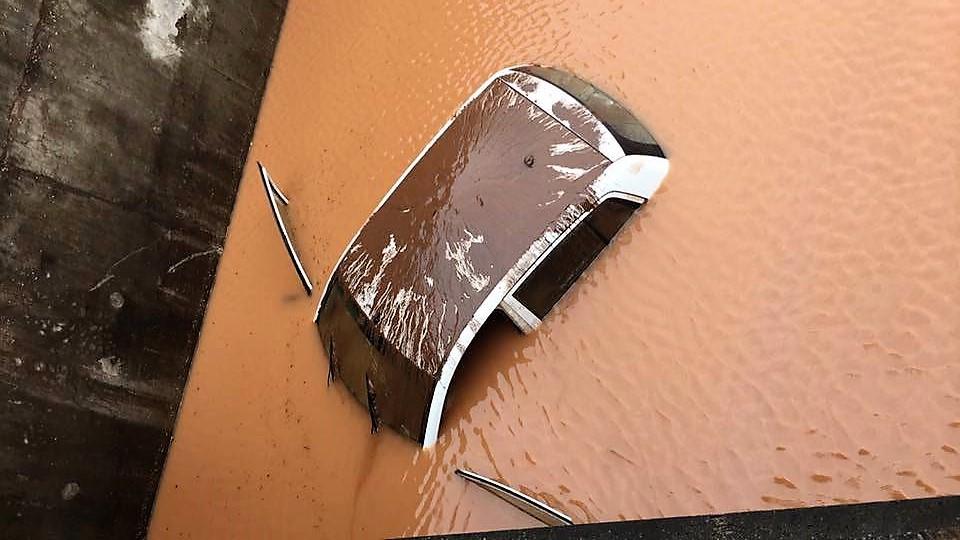 En quelques heures dans la nuit de samedi à dimanche dernier, les fortes pluies ont englouti le tunnel du front de mer de Papeete. Certains automobilistes ont été surpris par la montée rapide des eaux et ont abandonné leur véhicule ©Lambert Cazalot