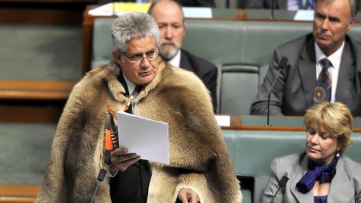 """Le 28 septembre, Ken Wyatt donne son premier discours au Parlement australien vêtu d'un manteau traditionnel """"Booka"""" ©AAP Image/Alan Porritt)"""