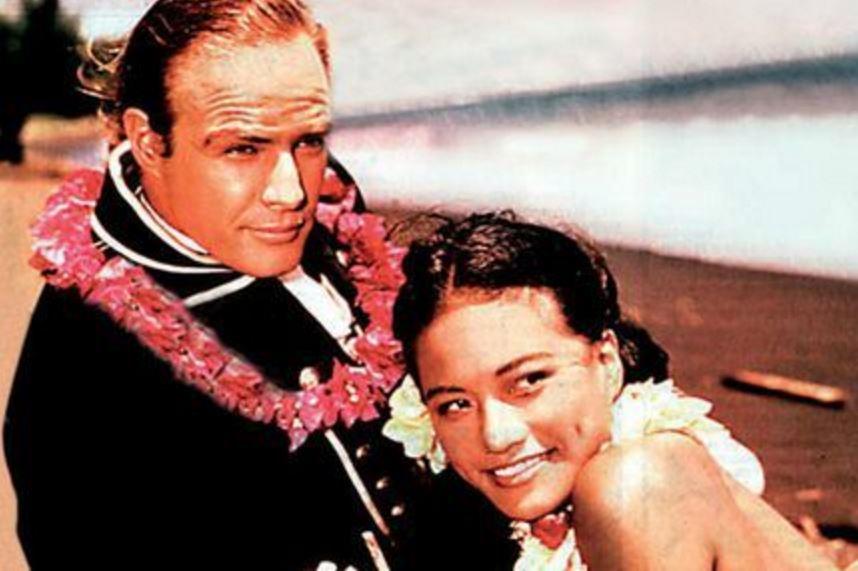Marlon Brando et la tahitienne Tarita Teriipaia, avec qui il se marie en 1962 ©DR