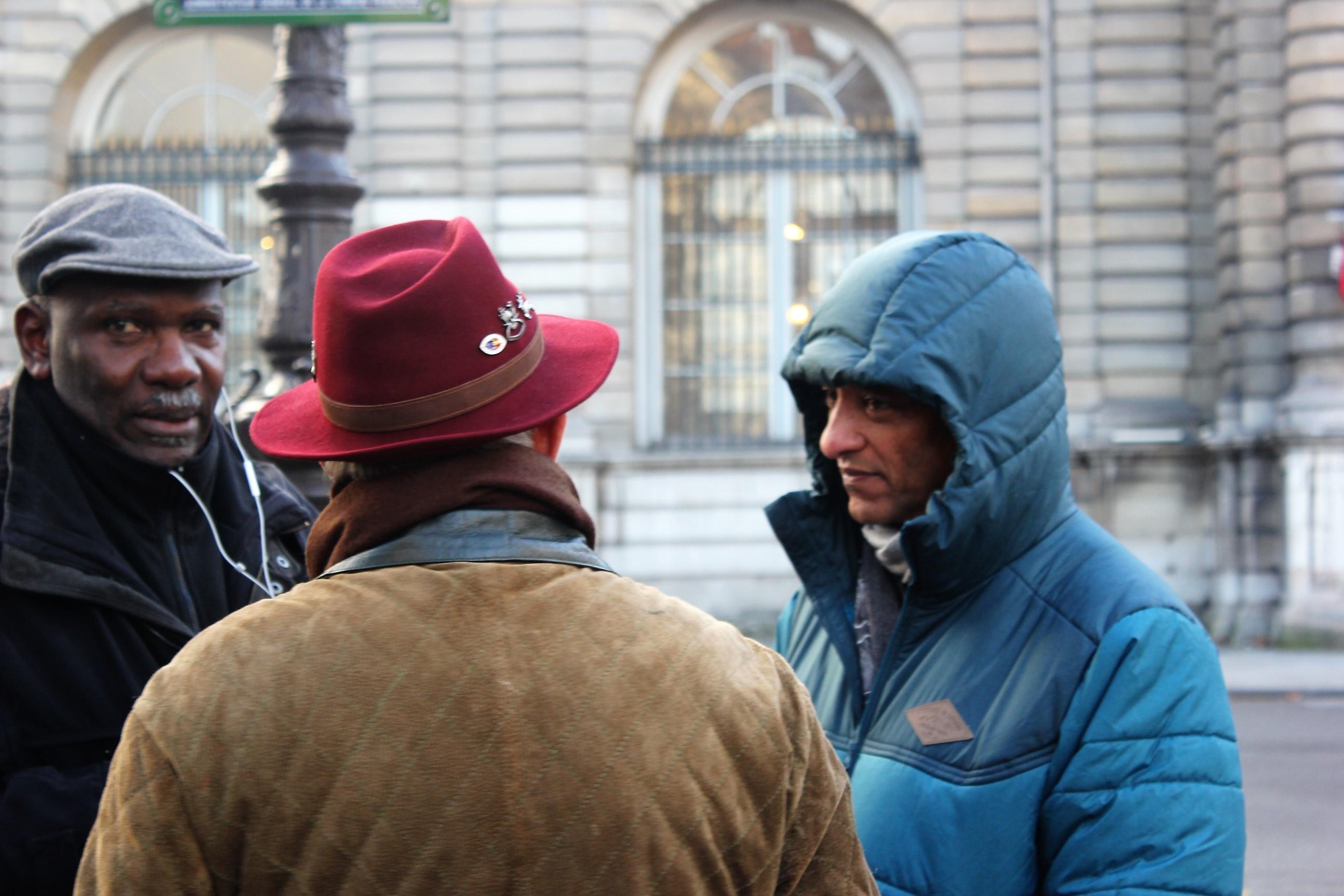 Emmanuel Gordien, premier Vice-président du CM 98 et Eric de Lucy (de dos) accompagnent Serge Romana dans cette action personnelle et engagée ©Outremers360