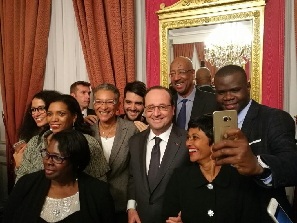Le Président de la République s'est prêté au jeu des selfies avec les invités © Outremers 360