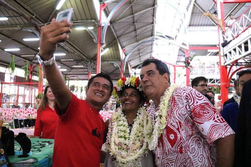 Lundi matin, la ministre des Outre-mer visitait le marché de Papeete ©Radio 1 Tahiti