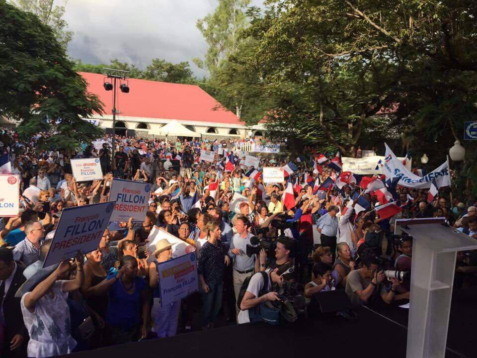 Quelques milliers de sympathisants se sont mobilisés pour le meeting du candidat à La Réunion ©DR