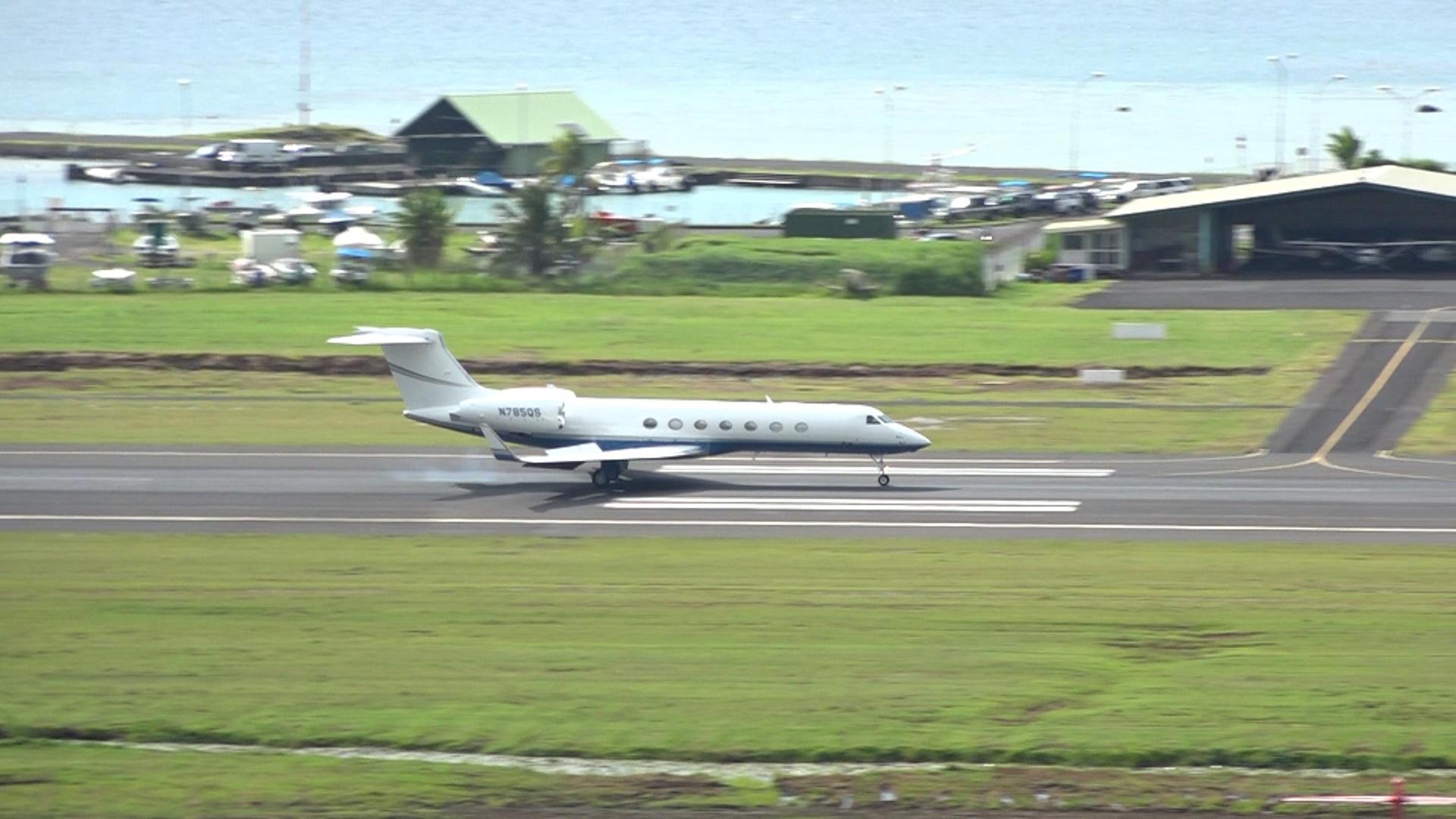 Le jet de l'ancien Président américain s'est posé à 15h21, ce mercredi, sur le tarmac de l'aéroport de Tahiti-Faa'a ©TNTV