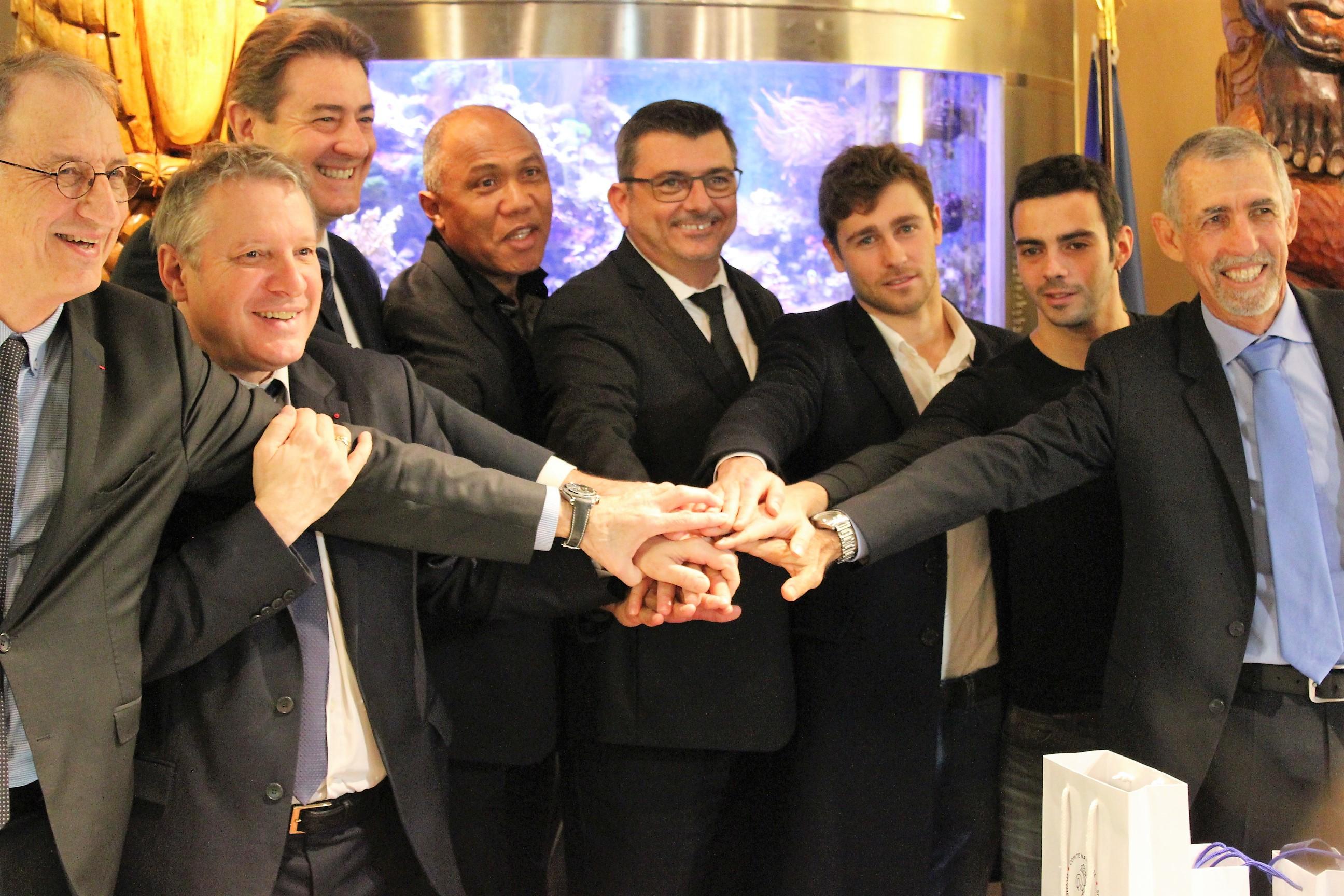 Quelques grands noms du sport calédoniens étaient présents lors de la signature de cette convention à la Maison de la Nouvelle-Calédonie à Paris, dont Antoine Kombouare, Audric Lucini et Sébastien Marquès ©Outremers360