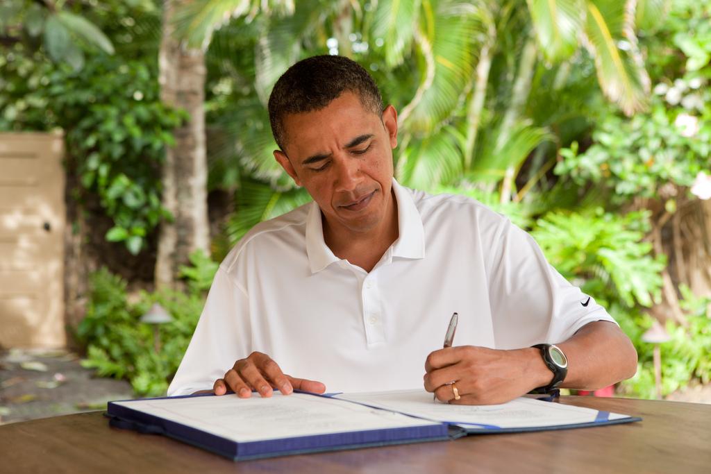 Né à Hawaii, Barac Obama est un habitué des vagues et des lagons. Ici, signant une loi lors de ses dernières vacances hivernales en tant que Président des Etats-Unis, à Kailua ©Pete Souza