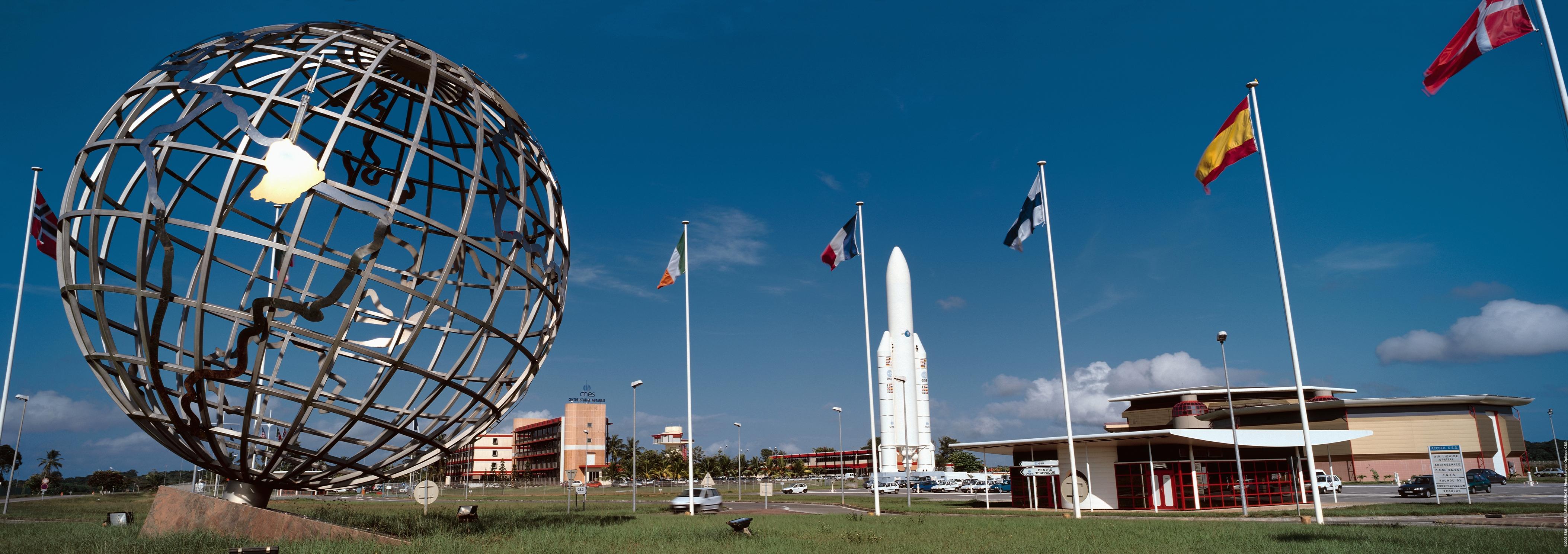 L'entrée du Centre spatial guyanais a été bloqué avec des pneus et des palettes ©DR