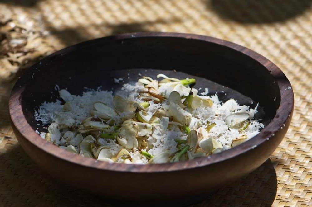 A la base du Monoi, la chair de coco râpées qui séchées, produit l'huile de coco ©Yan Peirsegaele / Tahiti Héritage