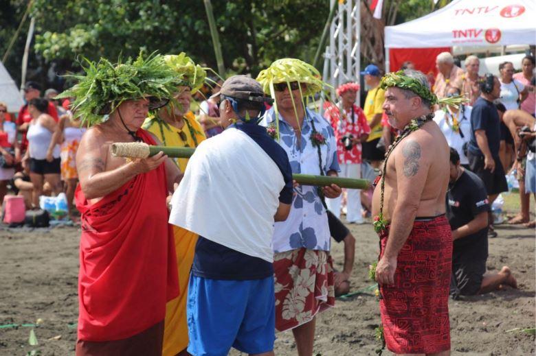 """Les associations polynésiennes remettant le message """"Aupuru te Moana"""" à l'équipage du Hokule'a ©Pew"""