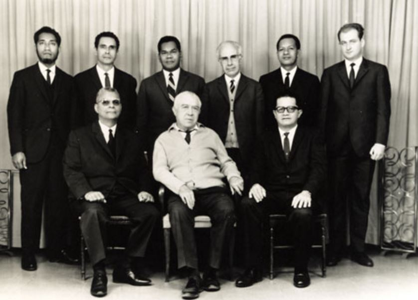 Visite des leaders indépendantistes de Nouvelle-Calédonie. Au premier plan, assis, de gauche à droite, Rock Pidjot, Pouvanaa a Oopa, Francis Sanford