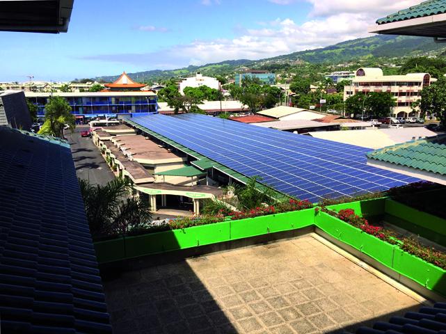 Panneaux solaires installés sur le toit de la Caisse de Prévoyance Sociale à Papeete ©Dixit