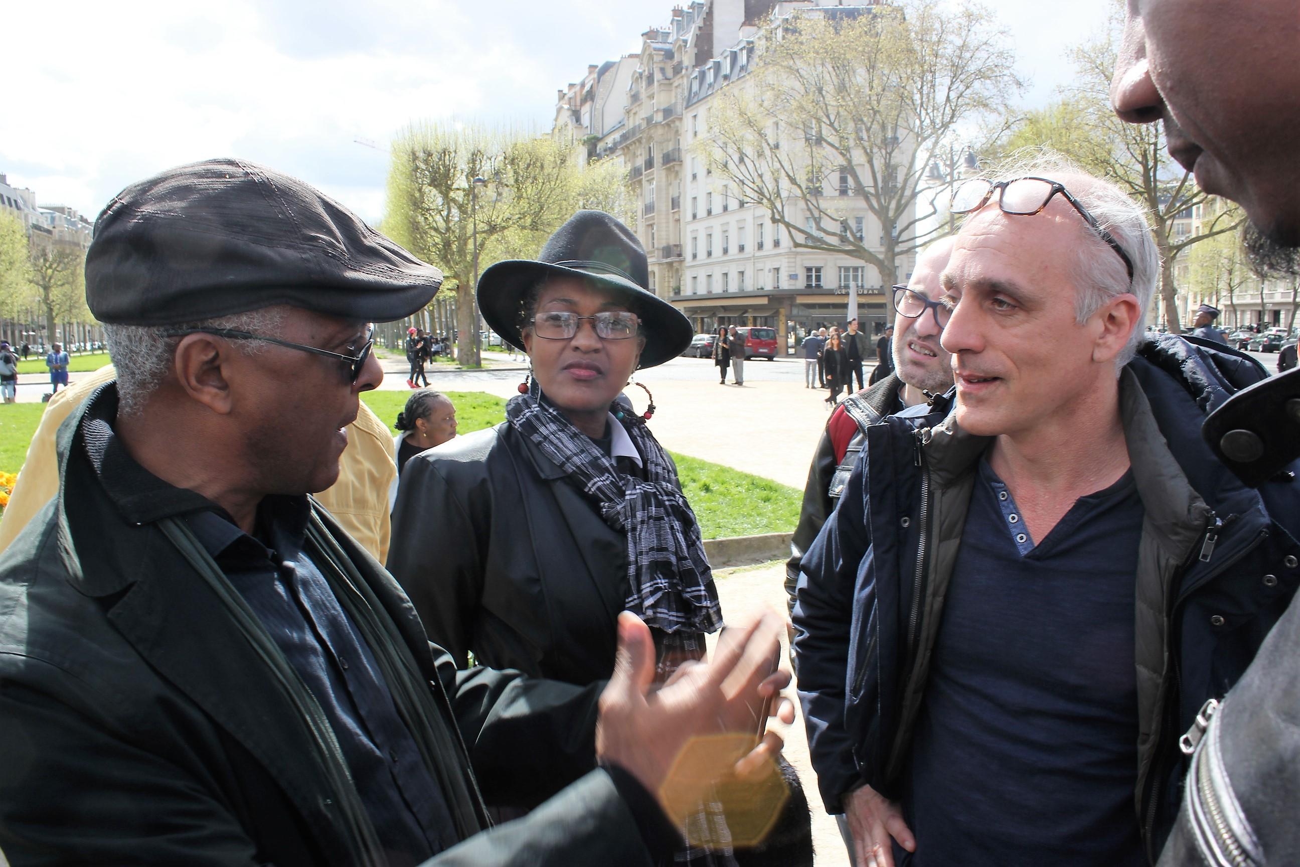 Philippe Poutou est allé à la rencontre des Guyanais de l'Hexagone, rassemblés ce samedi à Paris ©Outremers360