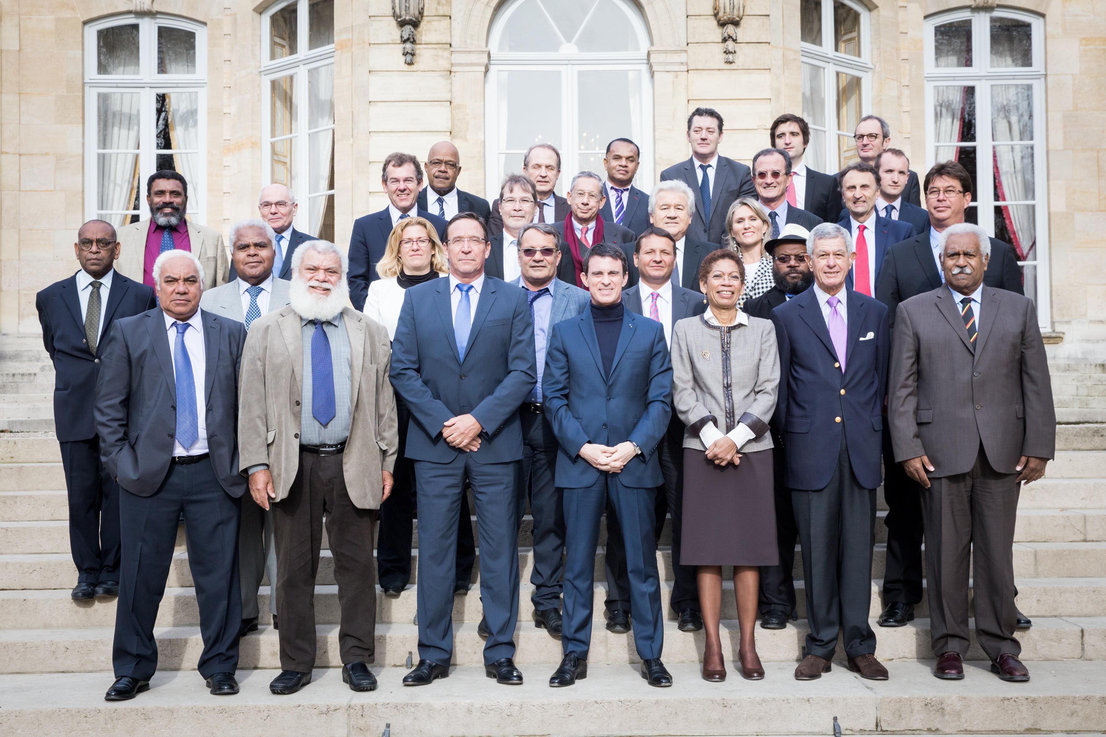 Les élus de la Nouvelle-Calédonie entourant lePremier ministre lors du comité des signataires de l'Accord de Nouméa en Février 2016. Alain Christnacht y présentait les résultats de sa mission ©Matignon