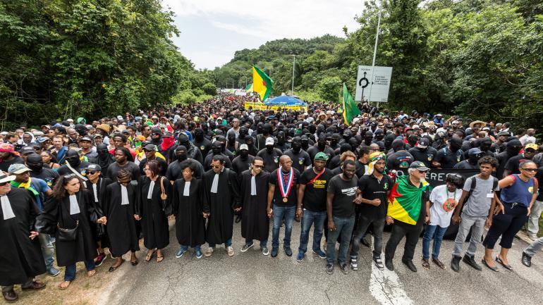 Le 4 avril dernier, environ 10 000 manifestant ont occupé l'entrée du Centre spatial guyanais. Depuis, l'accès reste bloqué par des barrages ©Jody Amiet / AFP