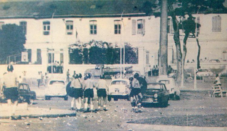 Des CRS devant la Préfecture de Guadeloupe, en mai 67. Image tirée d'une exposition en 2010 en Guadeloupe ©DR