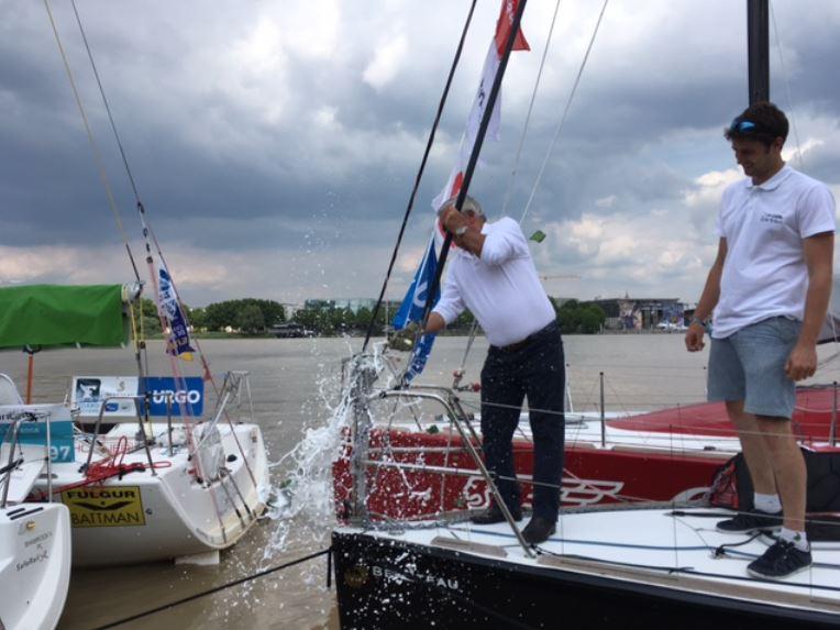 """Michel Magras et Arthur Prat, lors du baptême du bateau """"Les Perles de St Barth"""" ©Capture / La Solitaire URGO Le Figaro"""