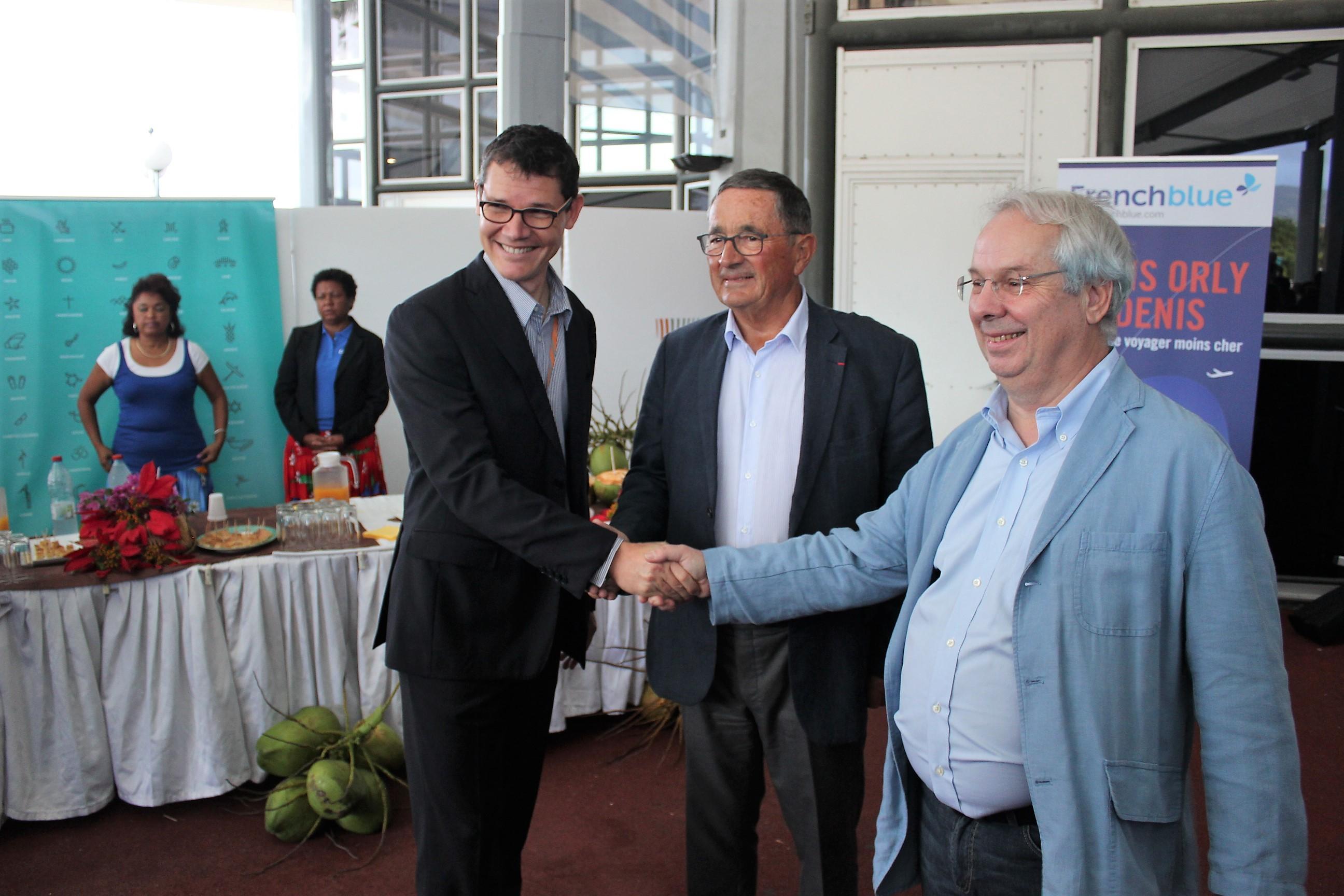Guillaume Branlat, Président du directoire de l'aéroport Roland Garros, est venu accueillir Jean-Paul Dubreuil et Marc Rochet ©Outremers360