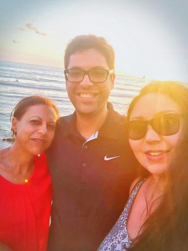 David Crescence, entouré de sa mère et sa femme © Réunionnais du Monde