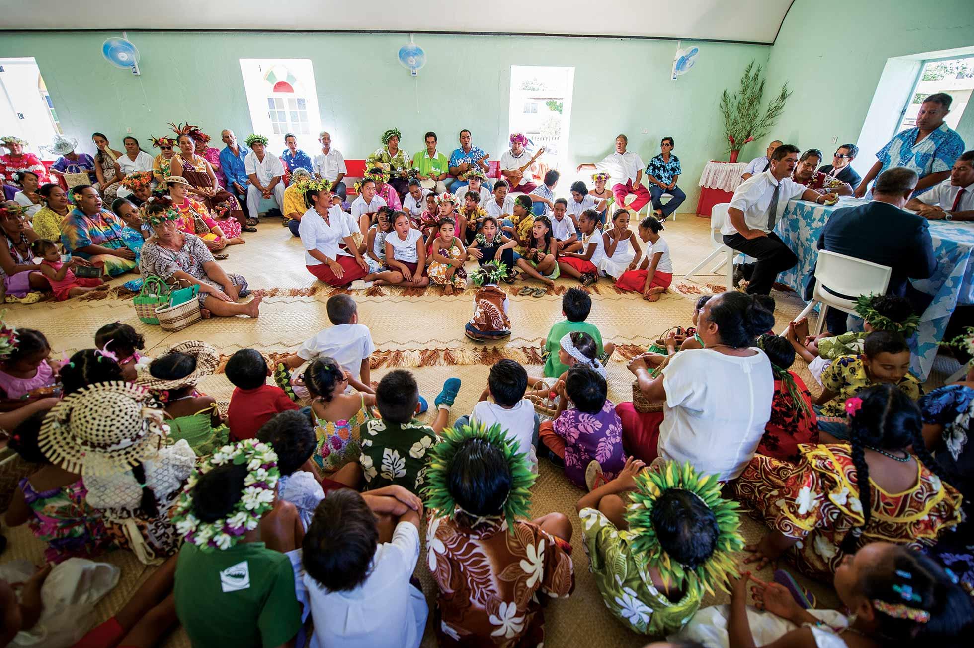 """Répétition de """"Himene Tarava"""" ou chants polyphonique, sur l'île de Rimtara ©J. Girardot"""