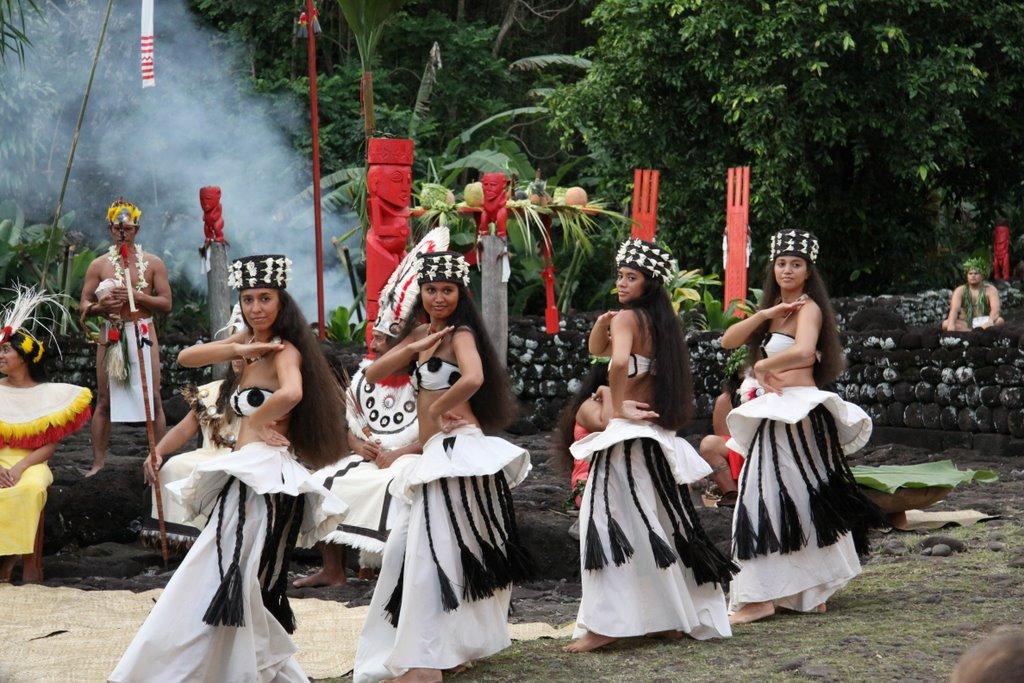 """La troupe O Tahiti E exécutant son spectacle """"Vaka Arioi"""" sur le Marae Arahurahu, à Tahiti (commune de Paea) ©Moana'ura Teheiura"""