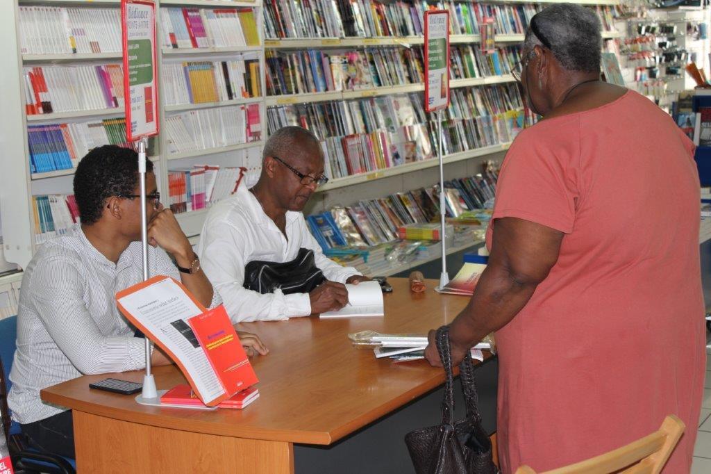 Luc Saint-Eloy en pleine séance de dédicaceS de son livre en Guadeloupe © DR