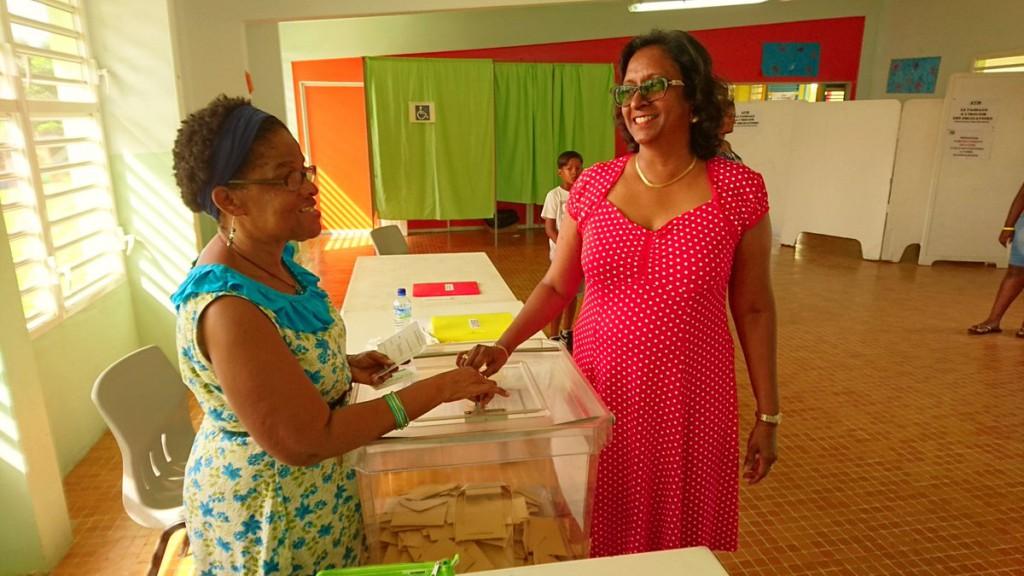 Edithe Velayoudon dans un bureau de vote en mai dernier © Twitter Ba Le No an Chans