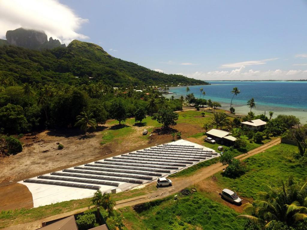 L'unité de dessalement OSMOSUN®80, basée à Bora Bora dans le Pacifique Sud, est exploitée par SUEZ pour alimenter le réseau d'eau douce local avec 80m3/jour. L'unité est alimentée en eau brute d'une salinité de 35g/l par un forage maritime réalisé dans un sous-sol coralien. L'unité produit, au fil du soleil, 80m3/jour en autonomie complète. © DR