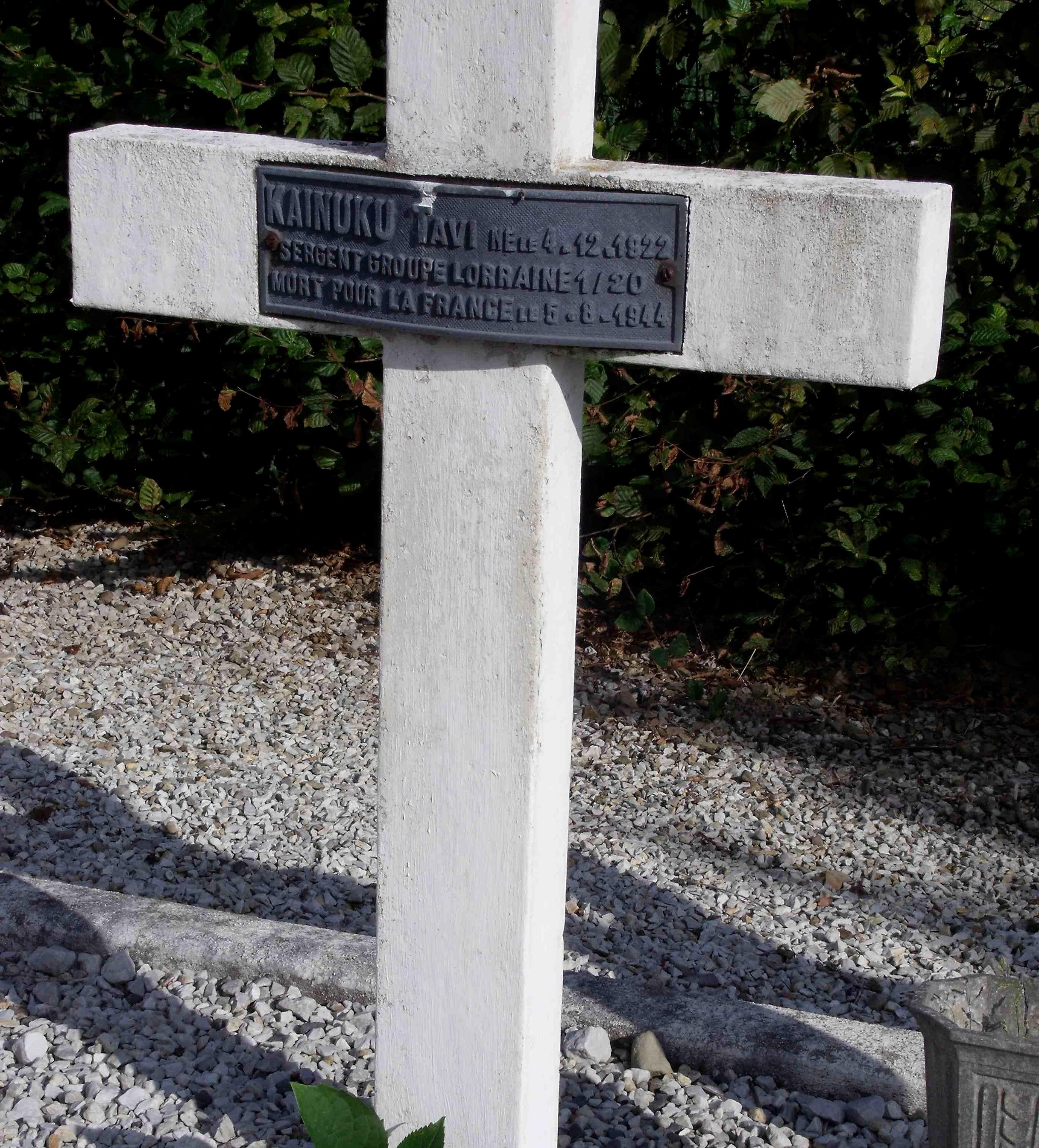 Le « petit Kainuku » évoqué par Matthew. Mort pour la France le 5 août 44. Il repose maintenant avec des camarades pilotes du groupe Lorraine dans un petit cimetière de Normandie. Ils sont entourés de leurs collègues de la Royal Air Force et de la Royal Australian Air Force, abattus pendant la bataille de Normandie ©T.REDON