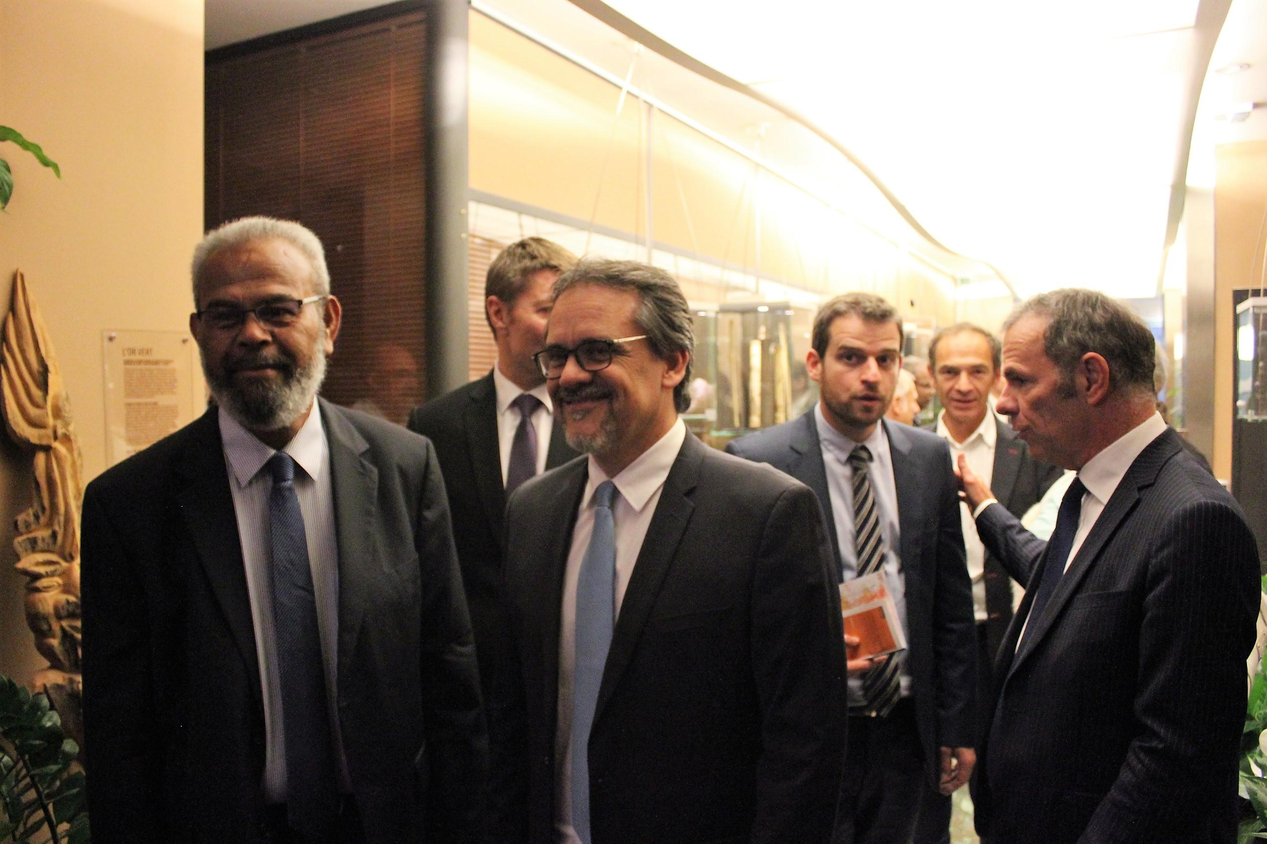 Gérard Poadja, accompagné du député Philippe Dunoyer, ce jeudi soir à la Maison de la Nouvelle-Calédonie ©Outremers360