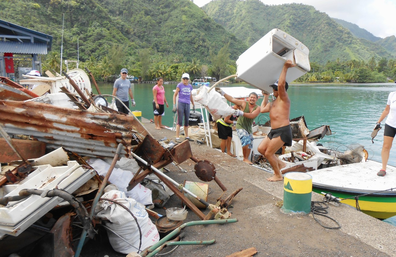 Les déchets encombrants et électroménagers sont un fléau pour les îles. Ici, une collecte de ramassage de déchets au Fenua Aihere, au sud-est de l'île de Tahiti ©La Dépêche de Tahiti