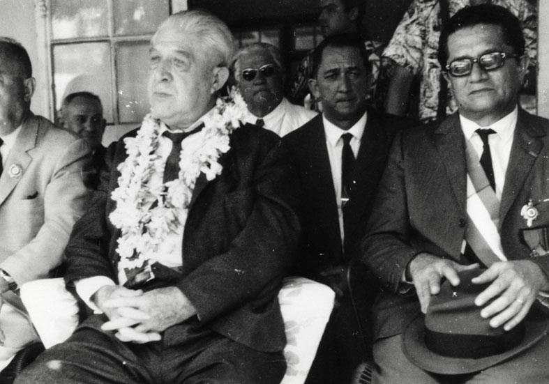 Pouvanaa a Oopa, au centre, et Francis Sandford, à sa gauche ©Collection Christian Gleizal