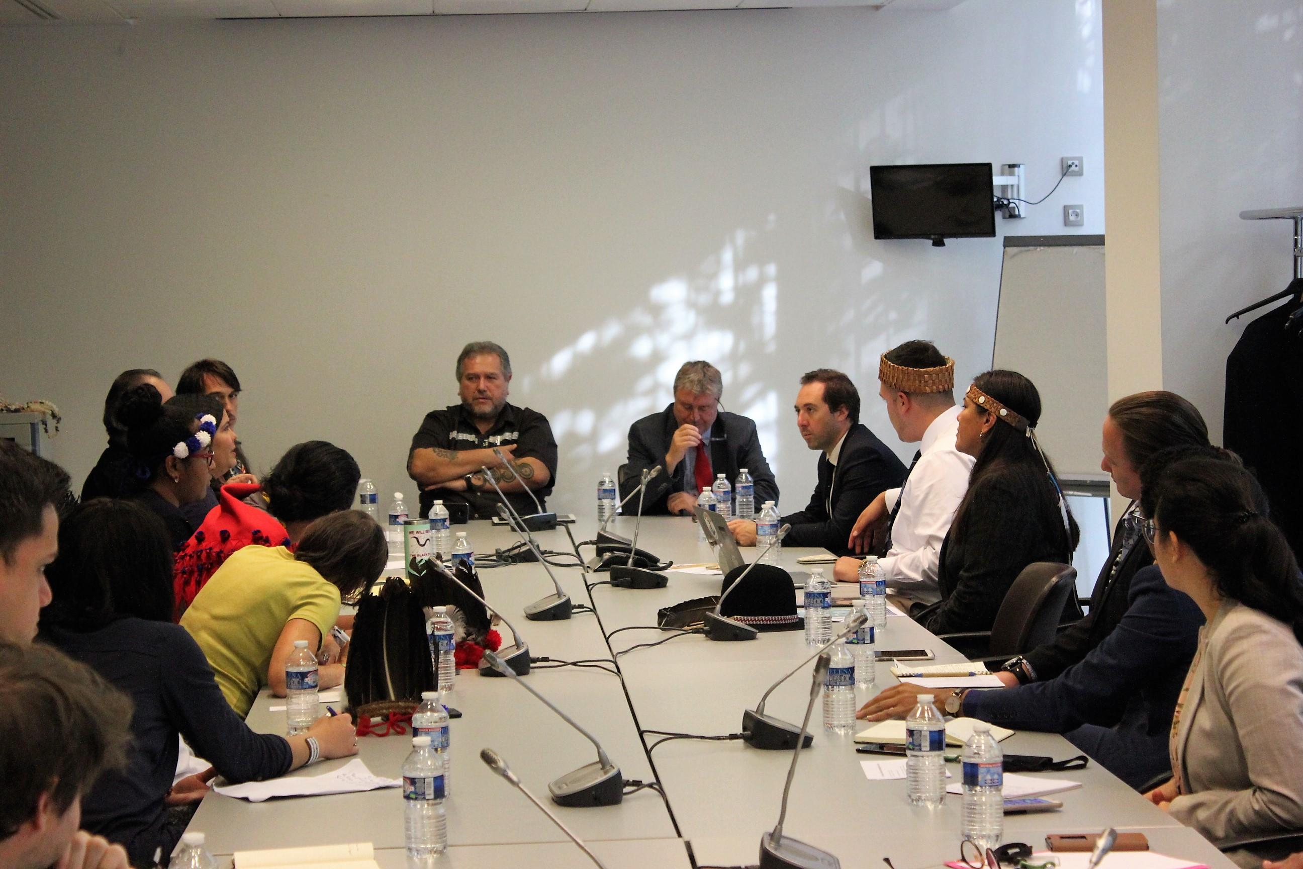 Plusieurs représentants de Peuples amérindiens (Canada, Etats-Unis, Guyane) mais aussi des représentants Corses, étaient réunis autour des députés Moetai Brotherson et Jean-Paul Lecoq pour cette Conférence des Peuples amérindiens à l'Assemblée nationale ©Outremers360