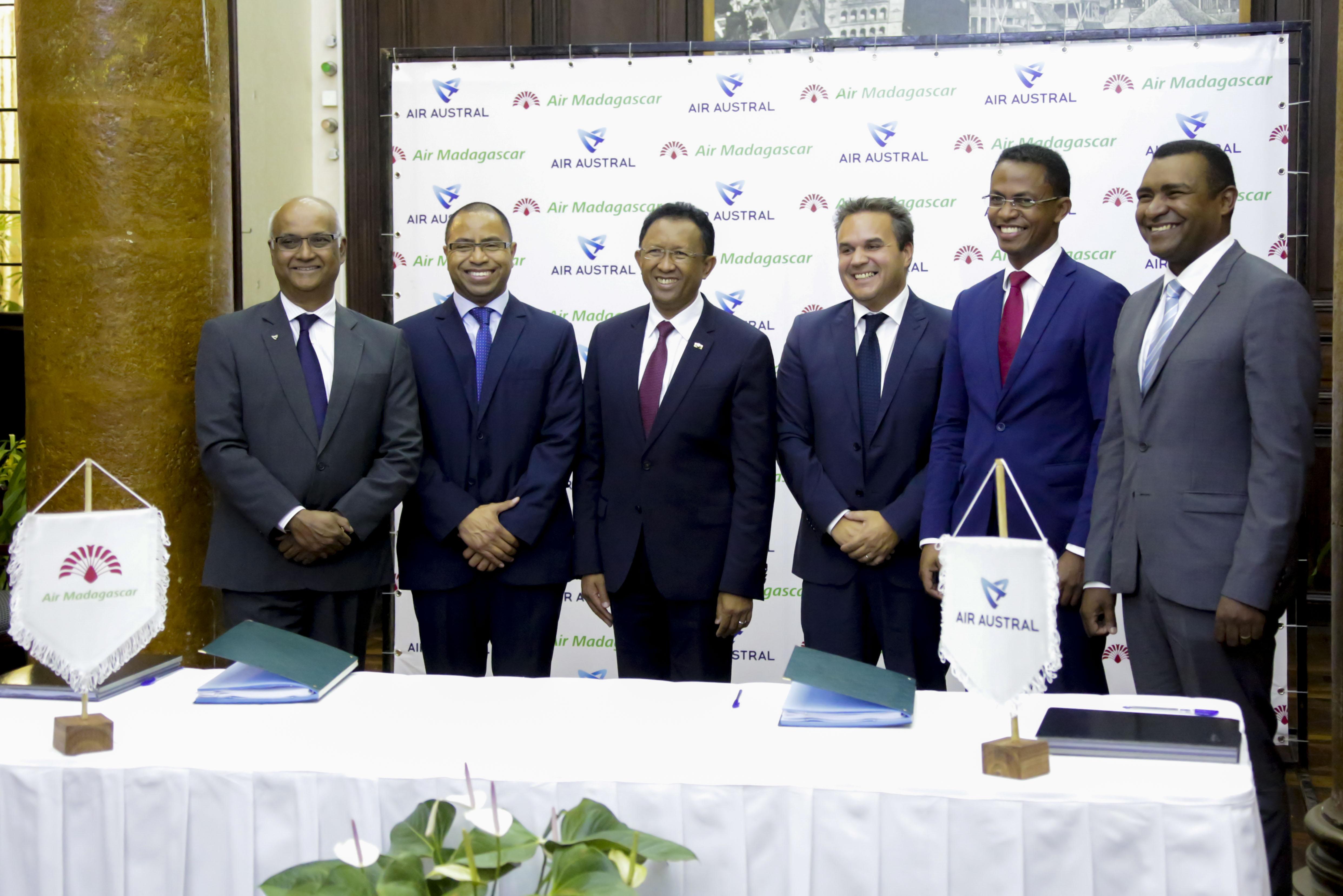 Les signataires du partenariat: Marie Joseph Malé (1er en partant de la gauche), Paul Rabary (2ème) et Ravala Beboarisima (5ème). Ils sont entourés entre autre du Président malgache (3ème) et de Didier Robert (4ème) ©Région Réunion