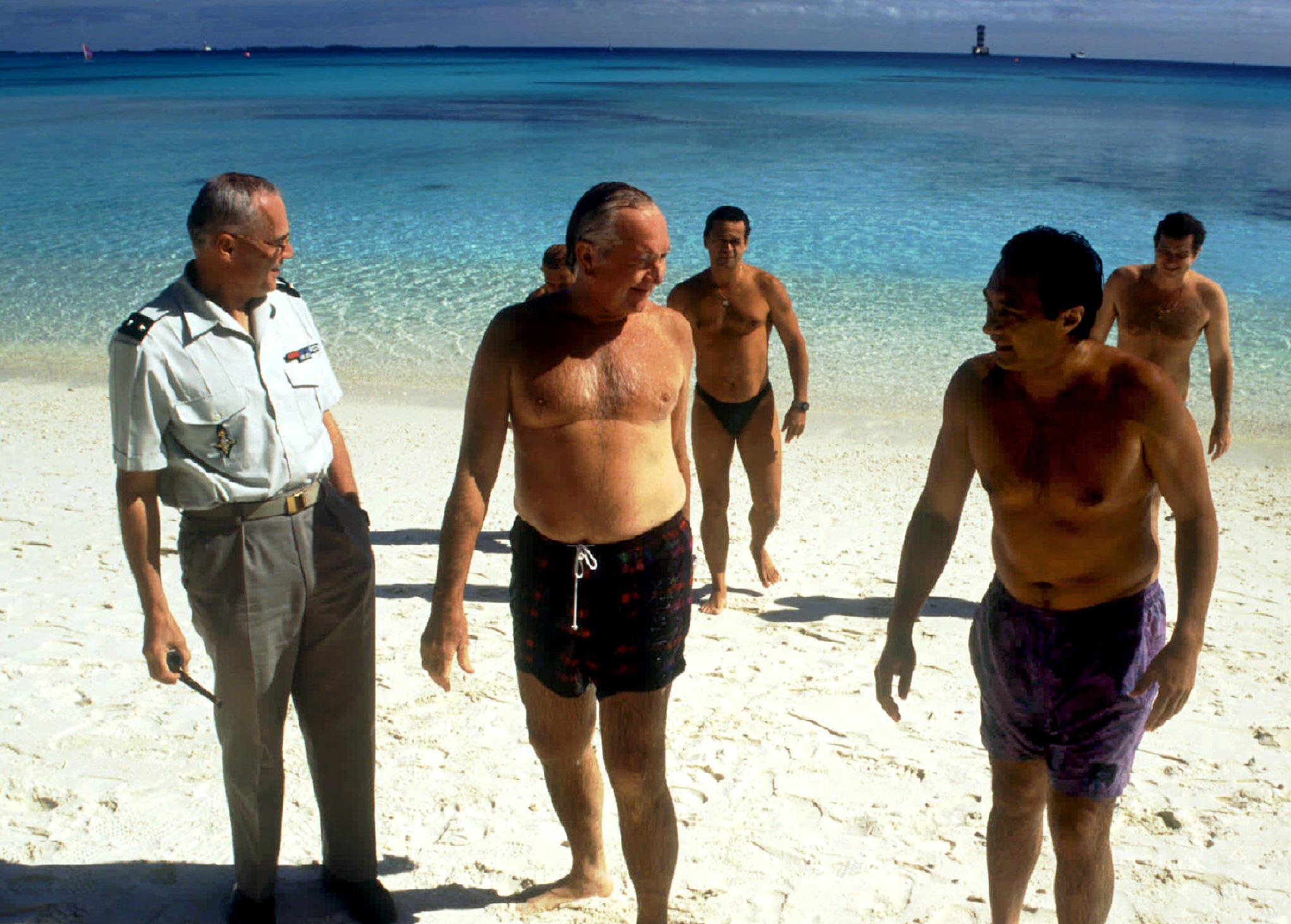 Gaston Flosse en 1995, après une baignade dans le lagon de Moruroa. Alors que Jacques Chirac annonce la reprise des essais, des émeutes éclatent à Tahiti. Gaston Flosse, alors Président du territoire, tente de maintenir la paix sociale ©Reuters
