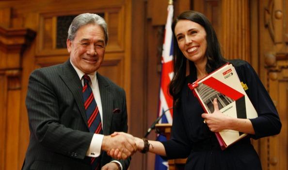 Pour accéder au poste de Première Ministre, Jacinda Ardern s'est allié avec le New Zealand First de Winston Peters et le Green Party ©AP