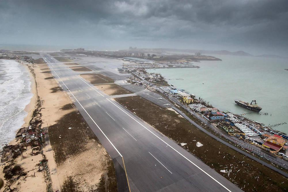 Le célèbre aéroport international Juliana, sur la partie néérlandaise de Saint-Martin, était impraticable durant 6 semaine après le passage d'Irma ©Gerben Van Es / Dutch Defense Ministry / AFP