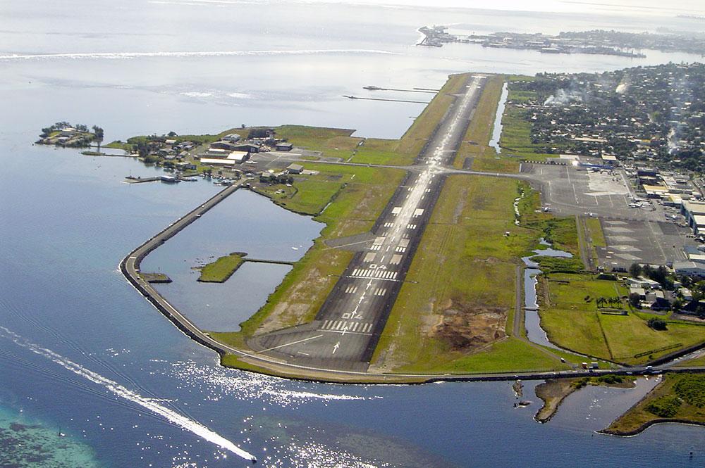 Long de 3km, l'aéroport international de Tahiti-Faa'a longe la quasi totalité de la commune du maire indépendantiste, privant la population d'un accès direct au lagon ©Tahiti Héritage