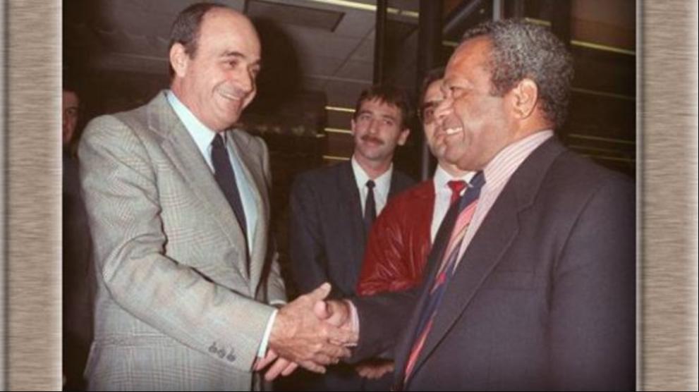 Poignée de main symbolique entre le loyaliste Jacques Lafleur et l'indépendantiste Jean-Marie Tjibaou, lors de la signature de l'Accord de Matignon en juin 1988, point de départ de trente ans de préparation du référendum d'autodétermination ©DR