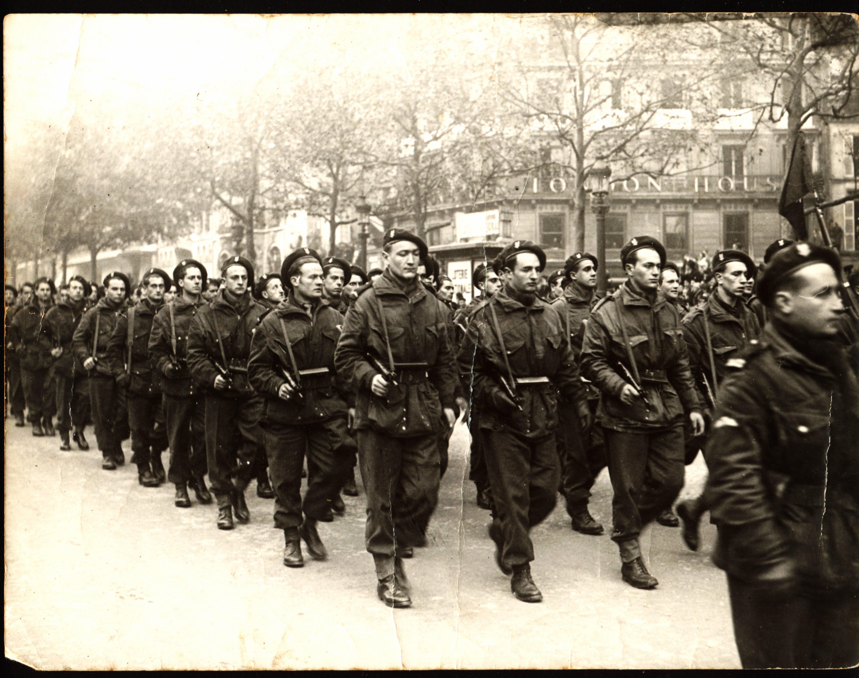 Défilé du 11 novembre 44 : Robert Harbulot est le 3ème en partant de la gauche ©Fonds Harbulot / TR / Suez Outre-mer