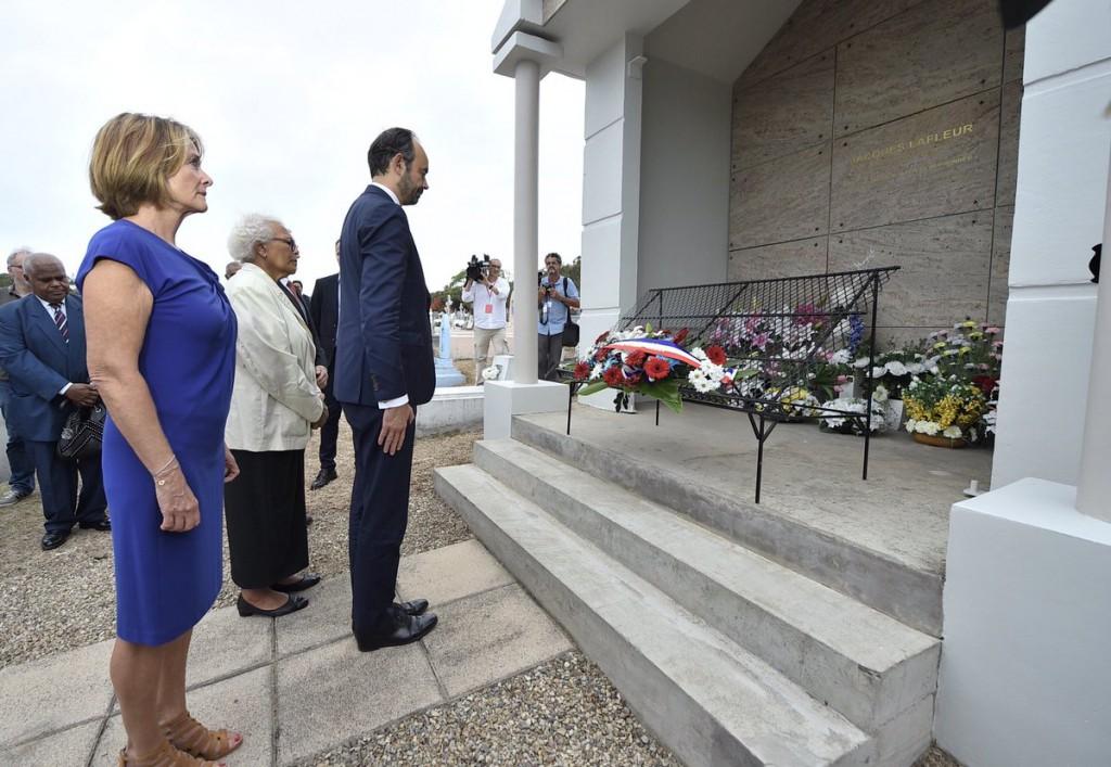 Recueillement du Premier Ministre sur la tombe de Jacques Lafleur © Twitter Edouard Philippe