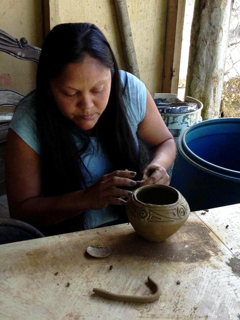 Alice Chéverez fait partie d'une génération d'artisans portoricains qui ont relancé l'artisanat taïno comme la poterie basée sur des découvertes archéologiques © Ranald Woodaman.