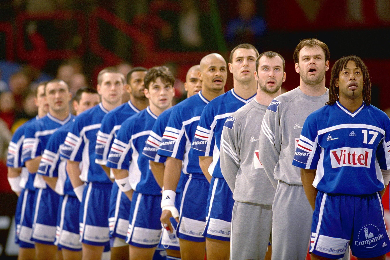 Jackson Richardson et ses coéquipiers, lors du mondial de 2001 à domicile. Parmi eux, Didier Dinart, actuel entraîneurs des Experts L'entraîneur de l'équipe de handball du Gabon Jackson Richardson donne des instructions lors d'un match de poule de la CAN-2018, le 22 janvier 2018 à Libreville ©Le Figaro Sport