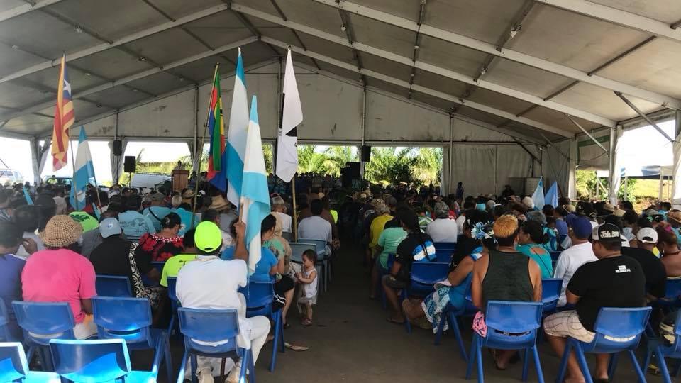 Près de 1 500 militants ont participé au Congrès du parti indépendantiste polynésien, où l'on a pu voir des drapeaux indépendantistes Kanaks, corses ou encore, catalans, auprès du drapeau du Tavini Huira'atira ©Facebook / Tavini Huira'atira