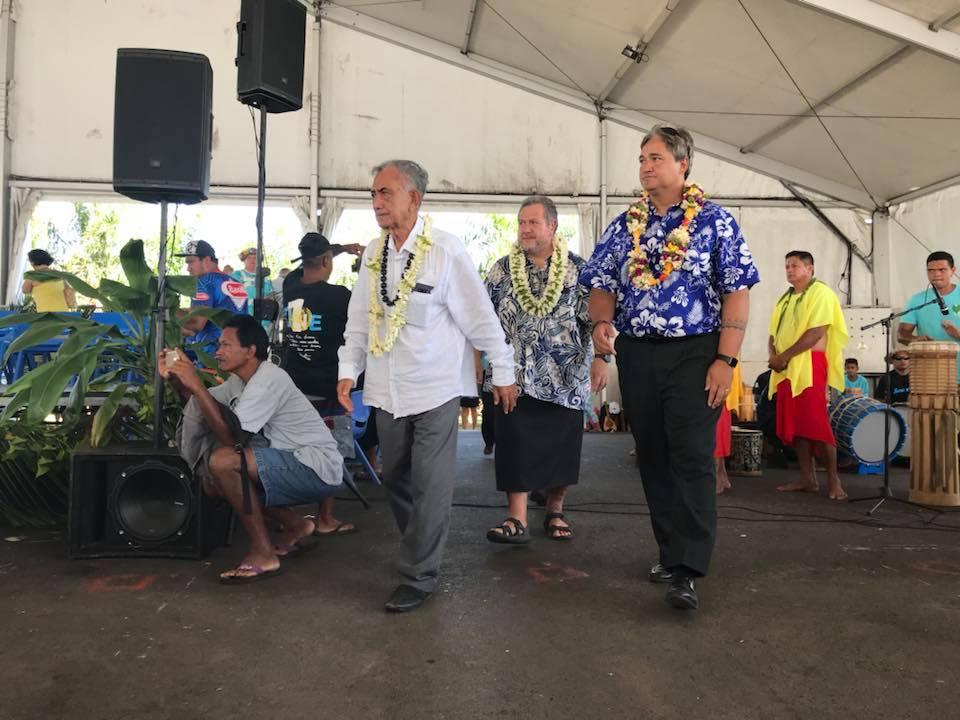 Oscar Temaru entouré par Moetai Brotherson et Richard Tuheiava, figures importantes du parti ©Facebook / Tavini Huira'atira