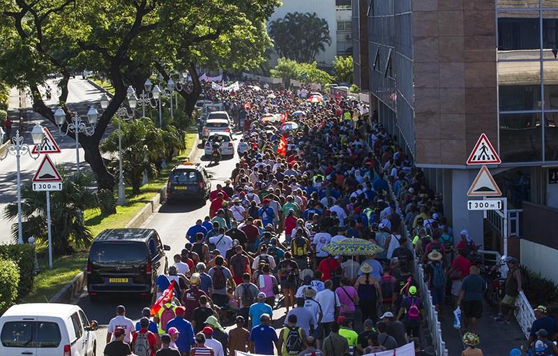 Jeudi 8 mars, 4 000 manifestants ont défilé dans les rues de Papeete pour s'opposer à la réforme des retraites. Plus tard, une centaine de grévistes s'introduiront avec force dans l'Assemblée territoriale polynésienne ©Nicolas Perez / Radio 1 Tahiti