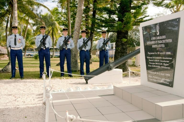 Stèle commémorative de la gendarmerie de Fayaoué, le 27 juillet 2013, érigée en souvenir de l'attaque d'un commando indépendantiste calédonien le 22 avril 1988 ©Lionel Bonaventure / AFP